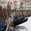 Didžiojo kanalo krantinėse išrikiuotos gondolas