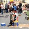 Šis mažylis, sėdėjęs Monastiraki rajone šalia Adriano bibliotekos, pinigų iš turistų reikalauja net negrojęs