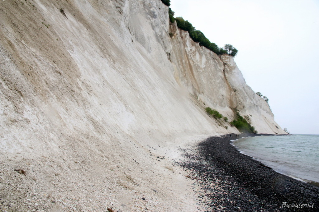 Kontrastas - juodi akmenys ir balta kreida