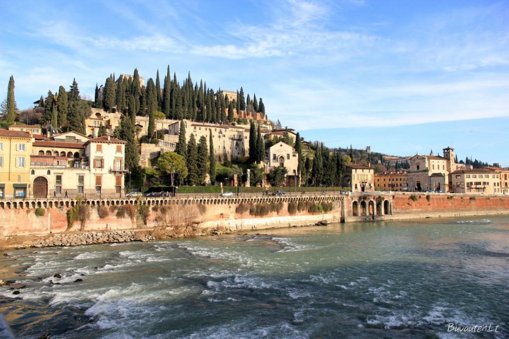 Adigės upė ir itališkais kiparisais apaugęs Castel San Pietro