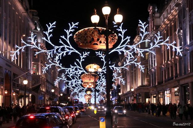 Regents gatvė šiuo metu vilioja ne tik norinčius apsipirkti, bet ir paspoksoti į šventines lemputes