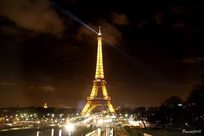 Vakare Eifelis gražiai šviečia