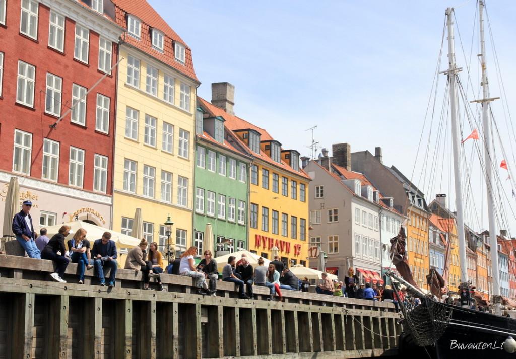 Nyhavn - su spalvingais namais ir būriais vietinių bei turistų