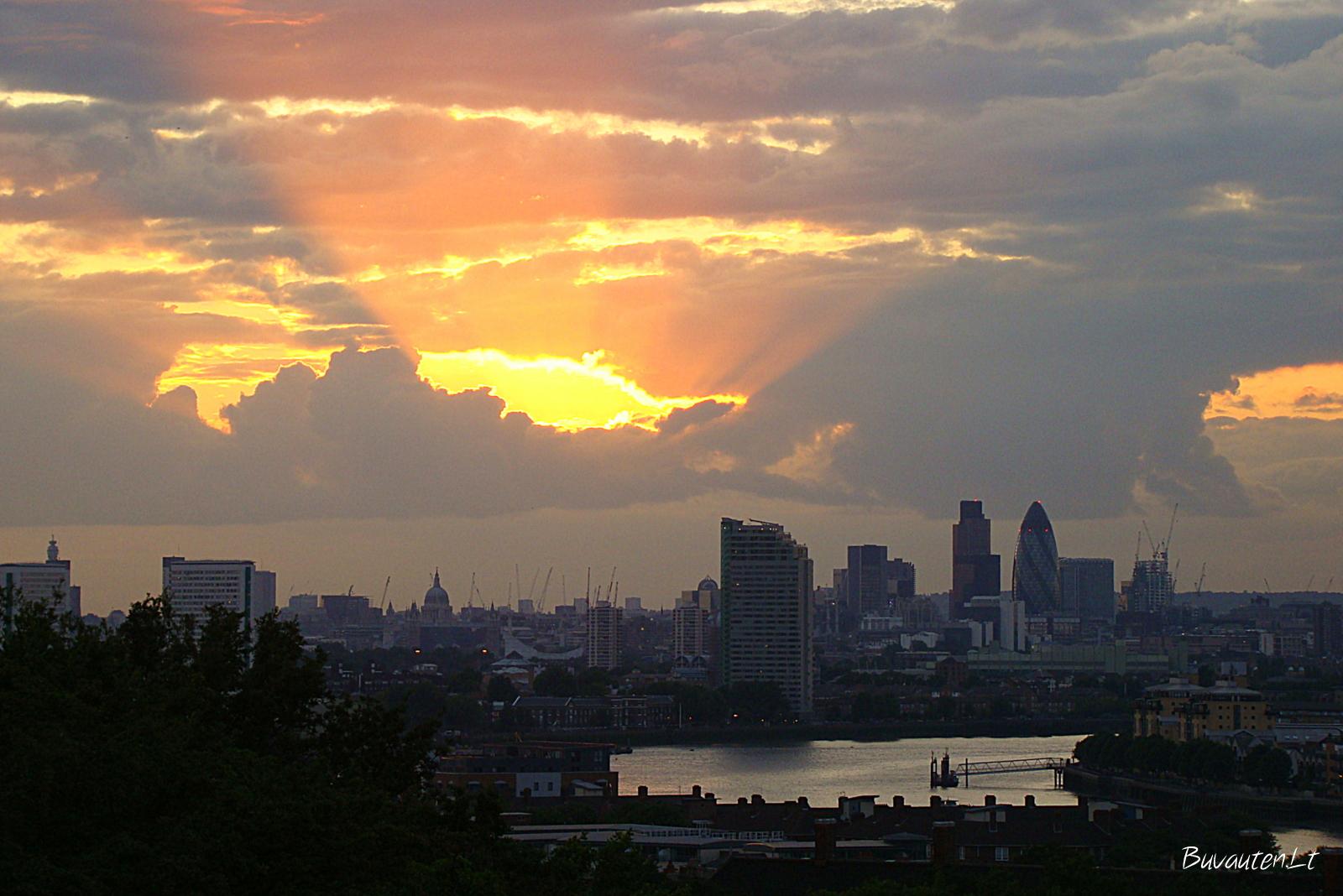 Londonas saulei leidžiantis nuo Greenwich parko kalvos