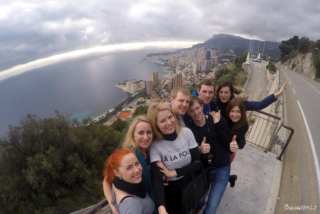 Nuostabi kompanija nuostabioje Monako pakrantėje