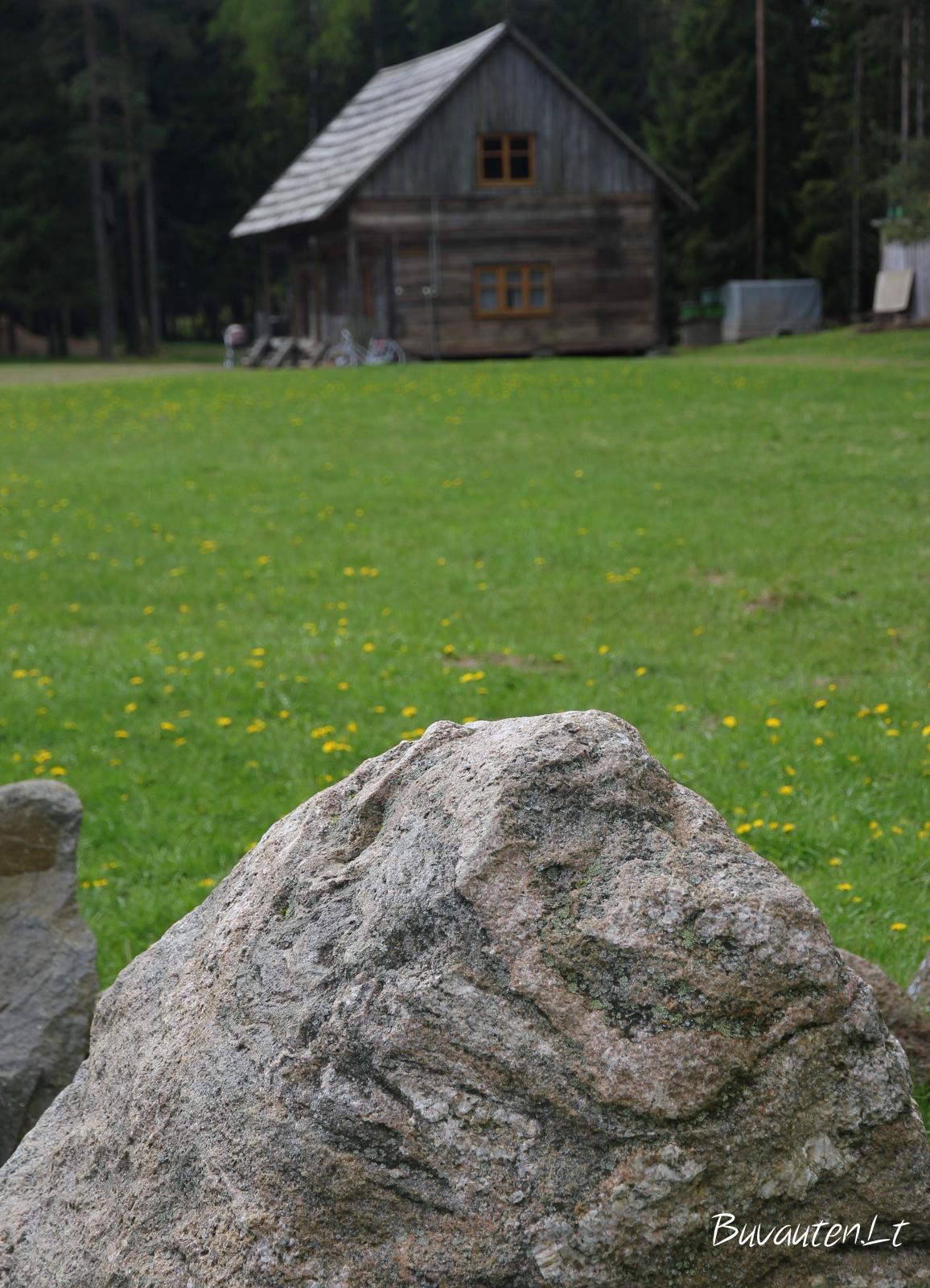 Vienas iš šventyklos akmenų