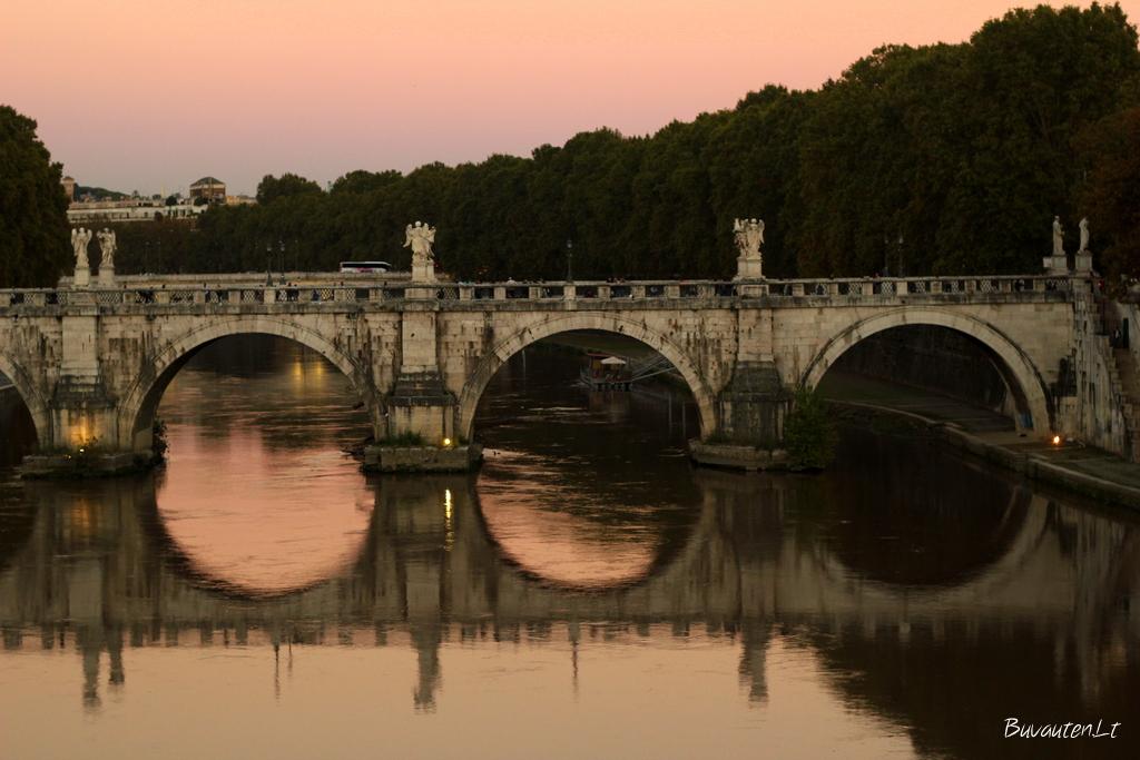 Saulėlydis Romoje prie vieno iš Tibro upės tiltų