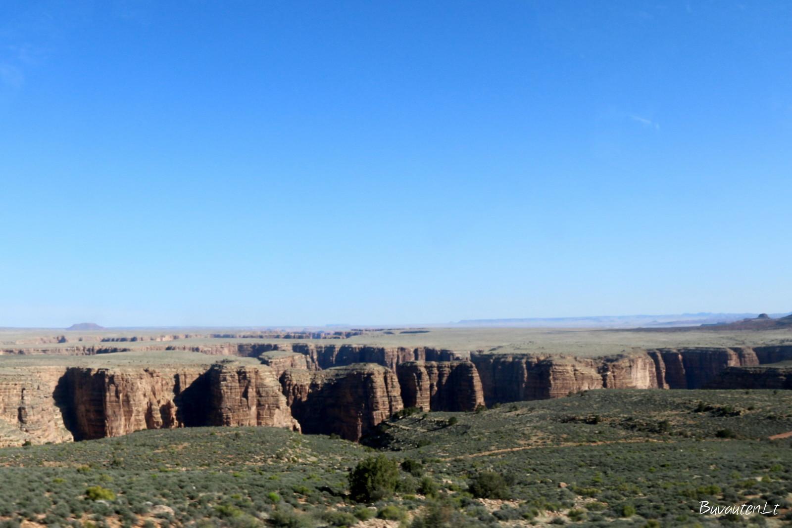 Perskilusi žemė matosi dar neįvažiavus į Didžiojo kanjono nacionalinį parką