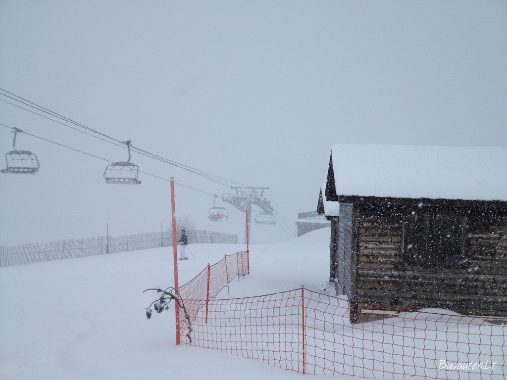 Į veidą pučiantis vėjas ir sniegas šiek tiek apsunkino slidinėjimą pirmąją dieną