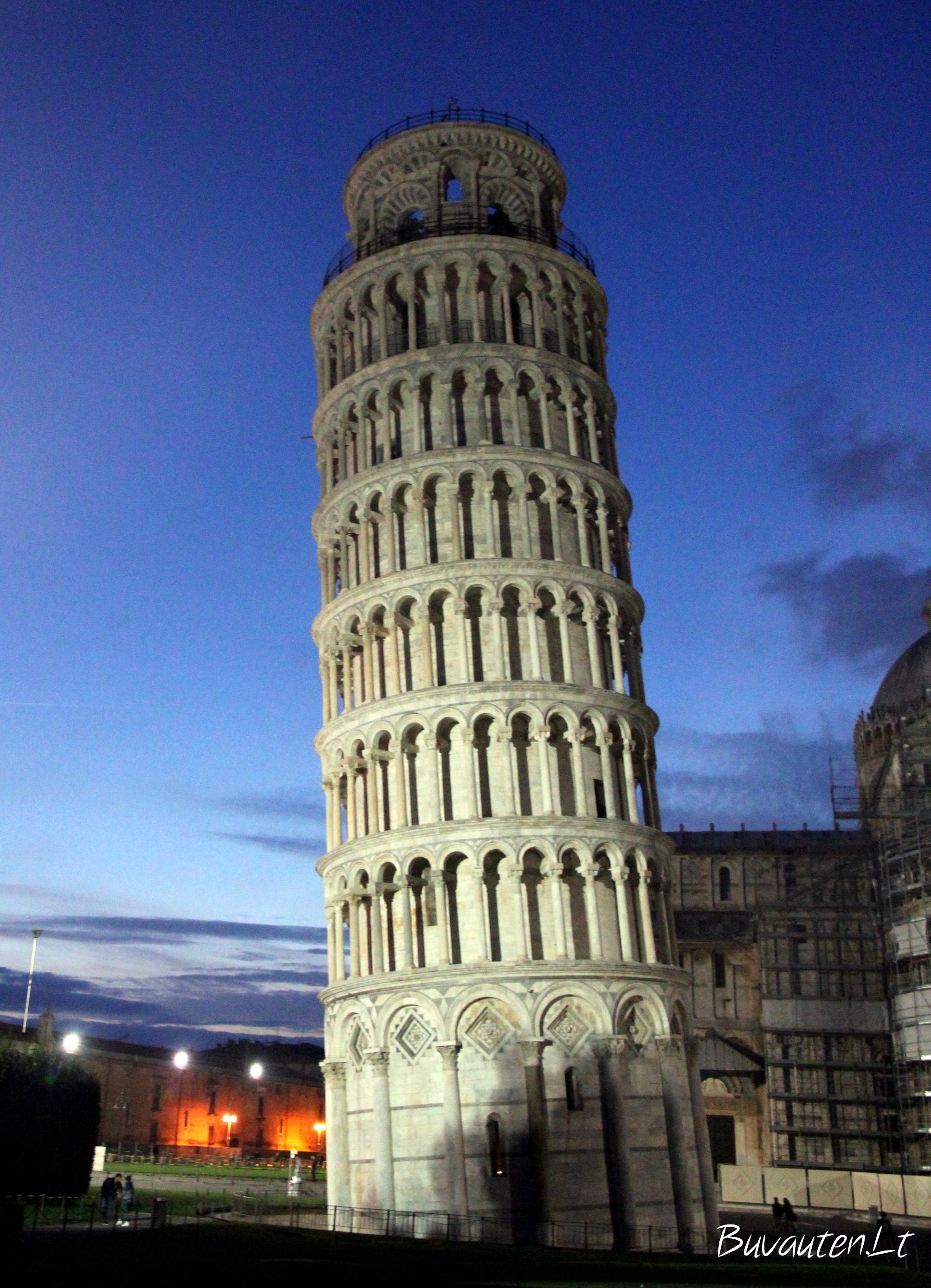 Pizos bokštas naktį