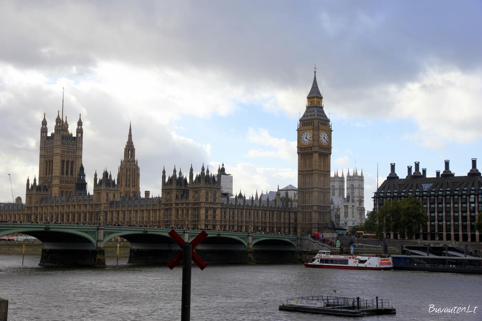 Big Benas ir Parlamento rūmai nuo pietinio Temzės kranto
