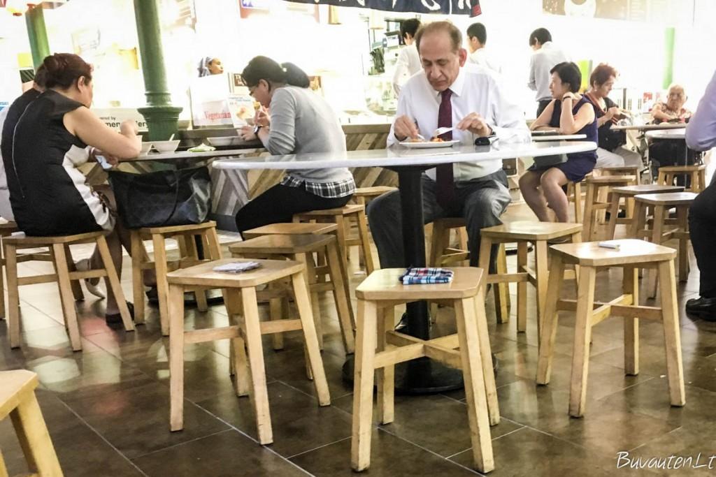 Užimtos kėdės Lau Pa Sat maisto kioskų turguje
