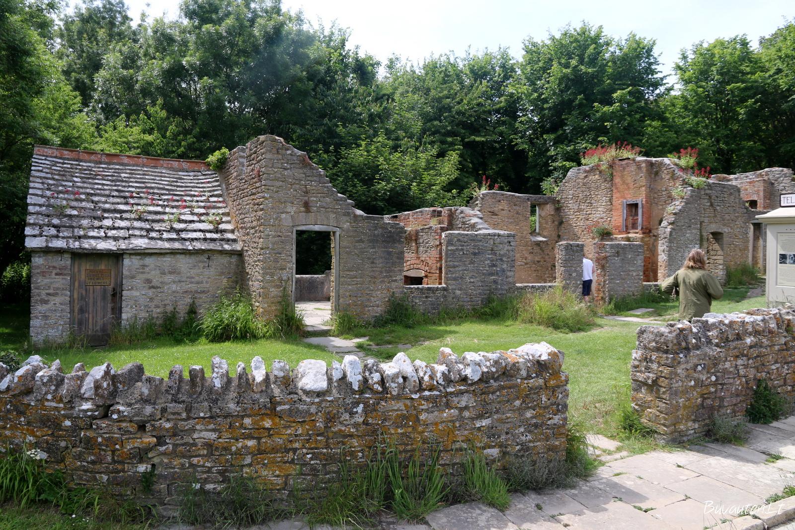 Daugelis kaimelio pastatų – tik griuvėsiai