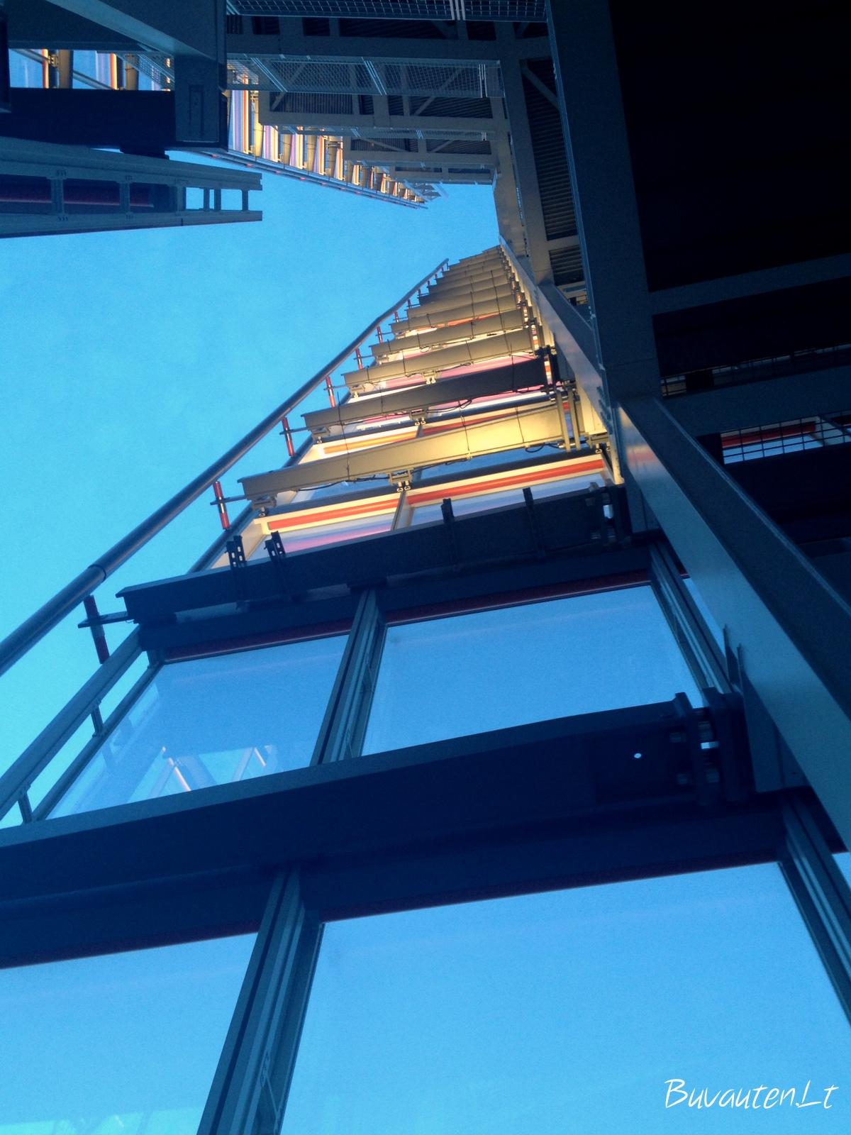 Net nuo 72 aukšto Shardo viršūnę, žiūrint į dangų, sunku įžiūrėti