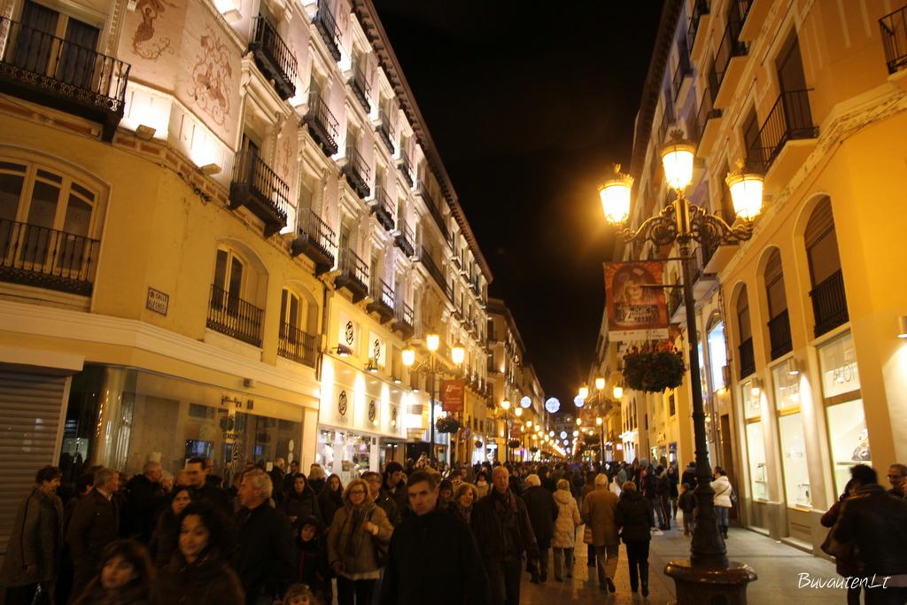 Vakare senamiesčio gatvės pilnos žmonių