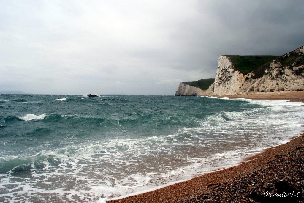 Vėjuotą  ir šaltoką dieną paplūdimys dramatiškas