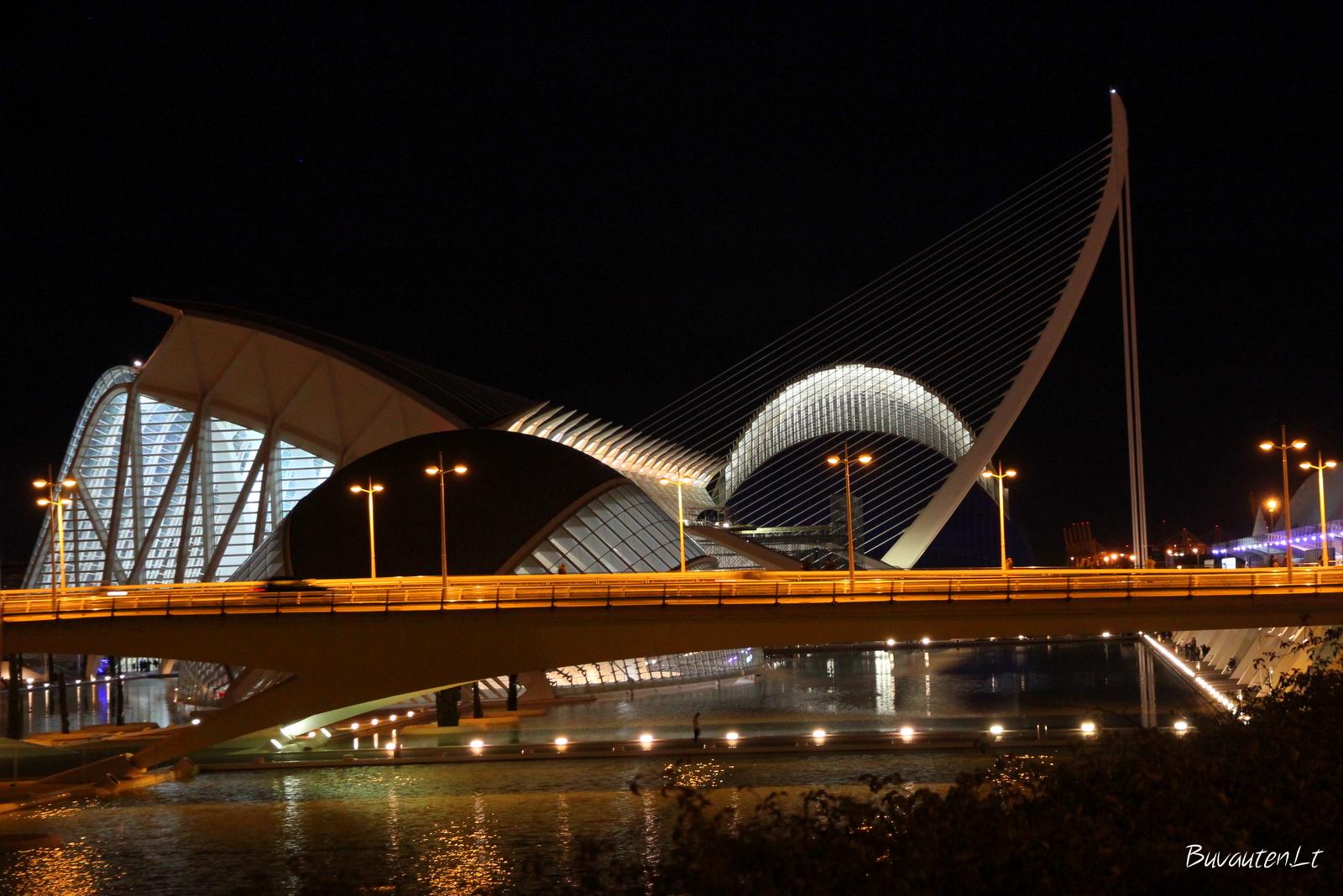 Neįprastų formų pastatai, šviesos ir atspindžiai vandenyje
