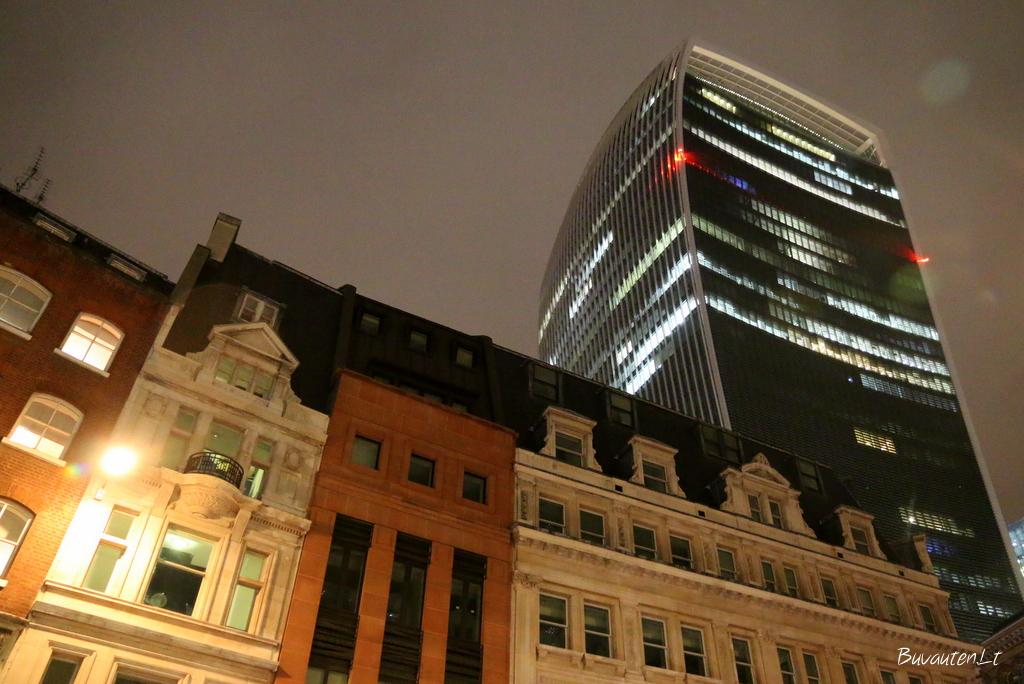 Tarp senų Londono pastatų iškilęs modernus dangoraižis