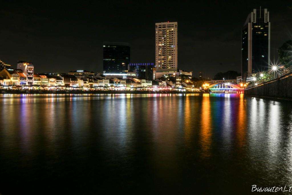 Clarkes Quay šviesos - čia rasite miesto barus, išsirikiavusius palei upės krantą