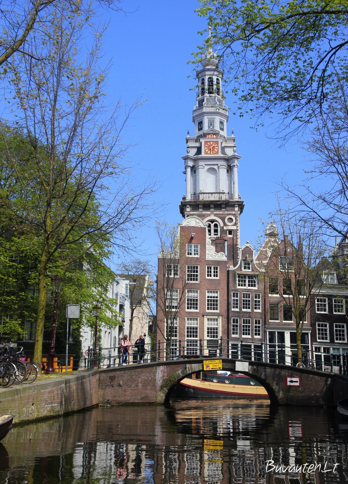 Plaukdami kanalais Amsterdamą pamatysite lyg iš šono