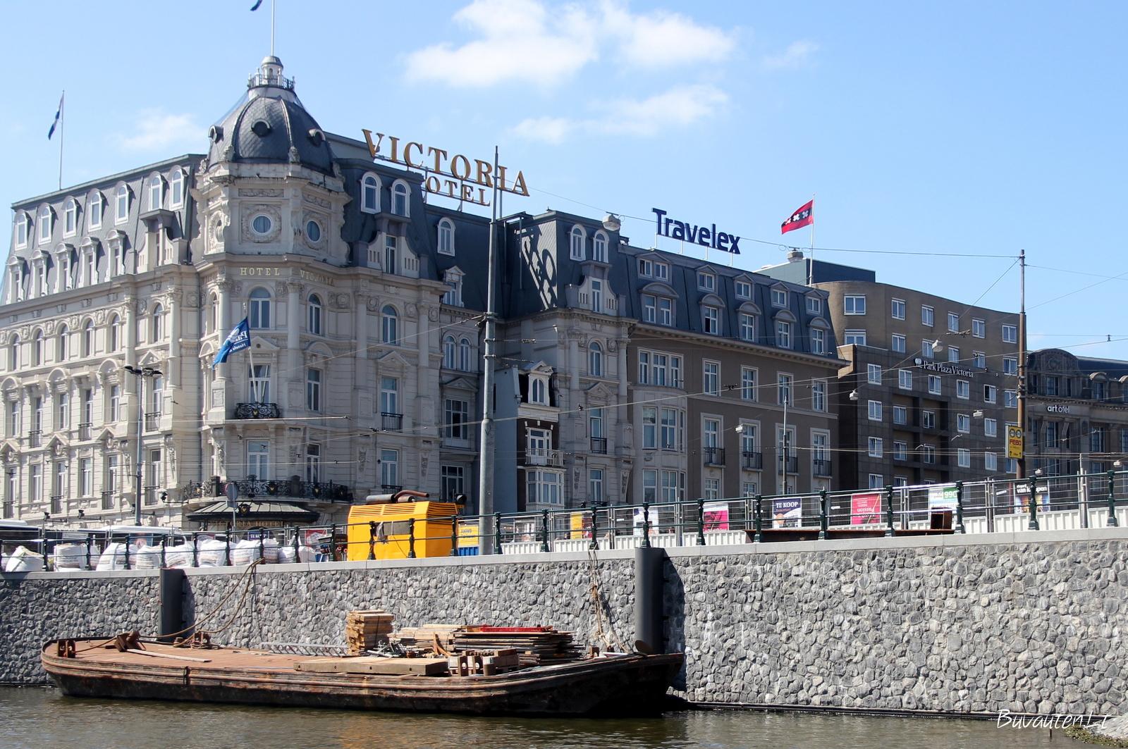 Šis viešbutis žymus tuo, kad jis pastatas aplink tipišką Amsterdamo namą, kurio šeimininkas atsisakė parduoti jį viešbučiui