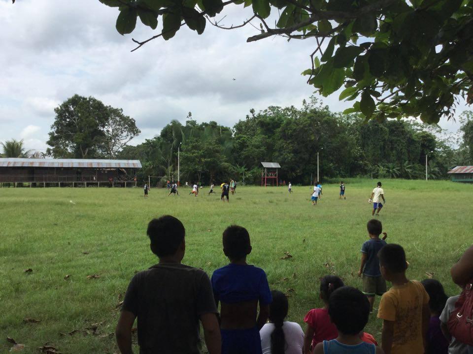 Vietiniai vaikai žaidžia futbolą