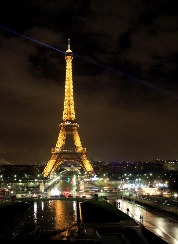 Naktį Eifelio bokštas Paryžiuje atrodo įspūdingai